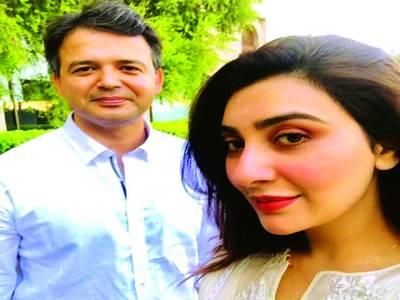 اداکارہ عائشہ خان کی فیملی کے ساتھ شادی کی پہلی سالگرہ