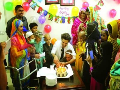 احسن خان نے اپنی سالگرہ کینسر کے مریض بچوں کے ساتھ منائی