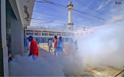 کورونا وائرس، کراچی میں انتظامیہ کی طرف سے مسجد میں سپرے کیا جارہاہے